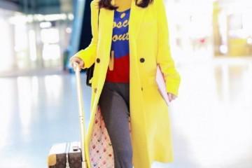 黄圣依现身机场穿亮黄色大衣戴贝雷帽长发披肩美回18岁